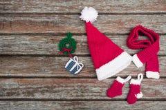 Um chapéu vermelho do Natal amigurumi feito a mão Fotos de Stock