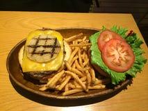Um cheeseburger havaiano delicioso grande Foto de Stock Royalty Free
