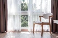 Um chiar de madeira branco em uma sala de visitas de relaxamento Imagem de Stock