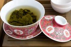 Um chinês gaiwan com chá em uma tabela de chá Fotografia de Stock