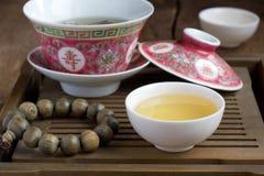 Um chinês gaiwan com chá em uma tabela de chá Imagem de Stock Royalty Free