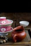 Um chinês gaiwan com chá em uma tabela de chá Imagem de Stock