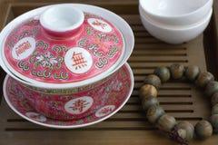 Um chinês tradicional gaiwan em uma tabela de chá Imagens de Stock