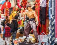 Um chinês tradicional veste-se em Kobe, bairro chinês fotografia de stock