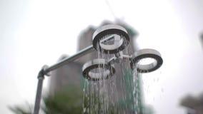 Um chuveiro perto da associação da rua vídeos de arquivo