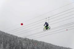 Um ciclista monta em uma corda E Imagens de Stock