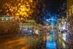 Um ciclo completo da lavagem Pingos de chuva no vidro Noite na cidade Norilsk fotografia de stock royalty free