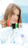 Um cientista fêmea que trabalha em um laboratório Foto de Stock Royalty Free