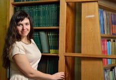 Um cientista novo n a biblioteca Fotografia de Stock Royalty Free