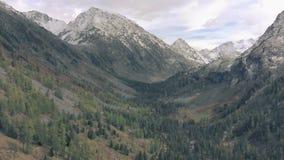 Um cinemático de neve suave e com tiro nas colinas, vista aérea, picos de montanhas nevadas video estoque
