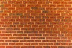 Um claro - fundo alaranjado da parede de tijolo vermelho fotos de stock royalty free