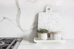 Um close up bonito de uma cozinha projetada, com a bancada e backsplash de vista de mármore de quartzo fotografia de stock royalty free