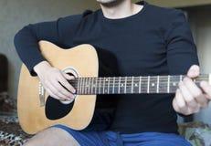 Um close-up da guitarra acústica Fotos de Stock