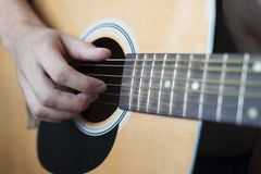 Um close-up da guitarra acústica Fotos de Stock Royalty Free