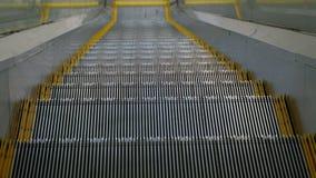 Um close-up das etapas da escada rolante que abaixa Uma vista dos olhos Tiro com mãos sem um tripé liso video estoque