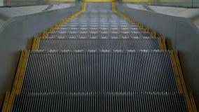 Um close-up das etapas da escada rolante que aumenta acima Os pés do ` s do indivíduo estão vindo na escada Olhar real da pessoa video estoque