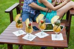 Um close-up de bebidas coloridas tabuleta e smartphones no tabl Imagens de Stock