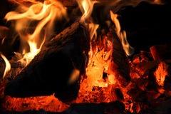 Um close-up de um fogo ardente de madeira do fogão fotografia de stock