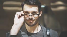 Um close up de um homem farpado novo que olha a câmera Fotos de Stock