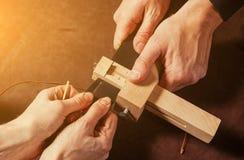 Um close-up de um skinner que faz a correia Foto de Stock Royalty Free