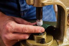 Um close-up de um skinner que faz a correia Imagens de Stock