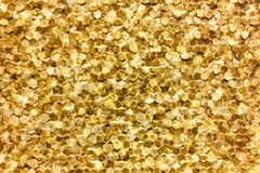 Um close-up de um teste padrão dourado luxuoso da decoração da parede foto de stock royalty free