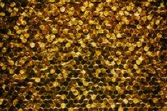 Um close-up de um teste padrão dourado luxuoso da decoração da parede fotografia de stock royalty free