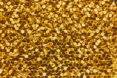 Um close-up de um teste padrão dourado luxuoso da decoração da parede foto de stock