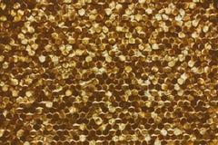 Um close-up de um teste padrão dourado luxuoso da decoração da parede fotografia de stock