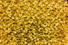 Um close-up de um teste padrão dourado luxuoso da decoração da parede imagem de stock royalty free