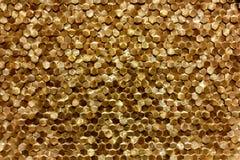 Um close-up de um teste padrão dourado luxuoso da decoração da parede imagens de stock royalty free