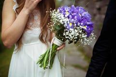 Um close-up de um ramalhete do casamento dos açafrões violetas guardou por um bri Fotos de Stock Royalty Free