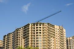 Um close-up de uma construção marrom de vários andares nova Imagem de Stock