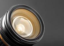 Um close-up de uma lente de zoom da câmera imagens de stock