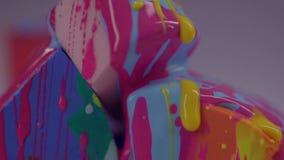 Um close-up do verniz para as unhas amarelo flui abaixo da laca na esponja vídeos de arquivo