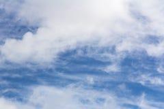 Um Cloudscape em um dia ensolarado brilhante Foto de Stock Royalty Free