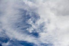 Um Cloudscape em um dia ensolarado brilhante Foto de Stock