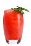 Um cocktail de fruto de refrescamento Uma bebida de refrescamento com uma carne de bagas vermelhas, decorada com hortelã fotografia de stock
