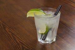 Um cocktail de refrescamento delicioso com gelo e cal Imagem de Stock Royalty Free