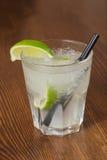 Um cocktail de refrescamento delicioso com gelo e cal Fotos de Stock