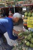 Um coco da casca do homem, Tailândia Fotos de Stock