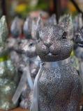 Um coelho glittery que espera o feriado da Páscoa com seus amigos no fundo fotos de stock royalty free