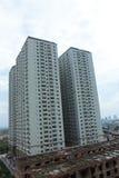Um complexo de apartamentos novo ao lado de uma construção inferior uma Imagens de Stock Royalty Free