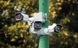 Um complexo de câmaras de vigilância exteriores em um polo no parque Imagens de Stock