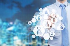 Um conceito do processo do recrutamento Uma mão está escolhendo o ícone direito como um conceito do candidato adequado Imagem de Stock Royalty Free