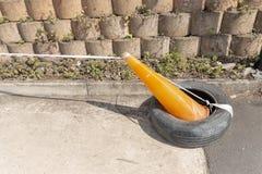 Um cone alaranjado do tráfego fotografia de stock