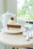 Um conjunto completo de chá e de bolo para uma ruptura Fotos de Stock Royalty Free