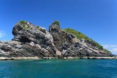 Um console rochoso e verdes no mar Foto de Stock Royalty Free