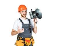 Um construtor do homem diz através de um megafone Isolado no backgr branco foto de stock royalty free