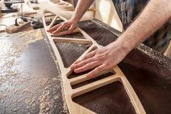 Um construtor masculino novo do carpinteiro fotografia de stock